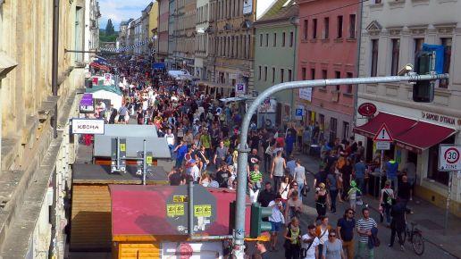 Gut besucht trotz weniger Stände: Louisenstrasse am Sonntag Nachmittag.