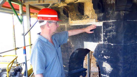 Die schadhaften Sandstein-Stellen werden abgetragen und durch neuen Sandstein ersetzt.