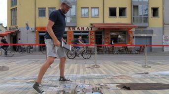 Der Niederländer Leon Keer malt auf dem Scheunevorplatz.