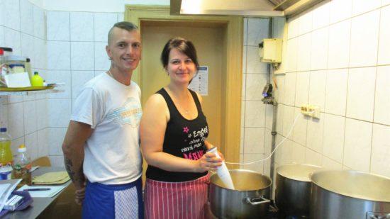 Katrin und Maik sorgen dafür, dass in der Suppenküche jeden Tag was Warmes auf den Teller kommt.
