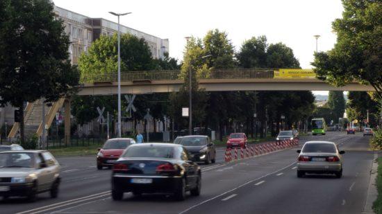 Wird abgerissen: Fußgängerbrücke am Archivplatz