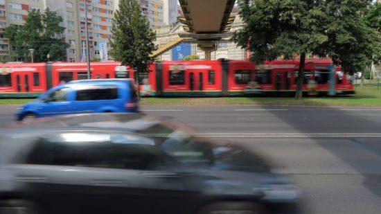 Mittels Ampel sollen Fußgänger künftig sicher über die viel befahrene Straße gelangen.