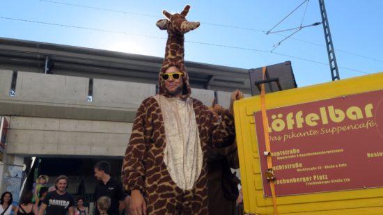 hechtfest-gestartet: Hechtfest-Umzug mit Giraffe