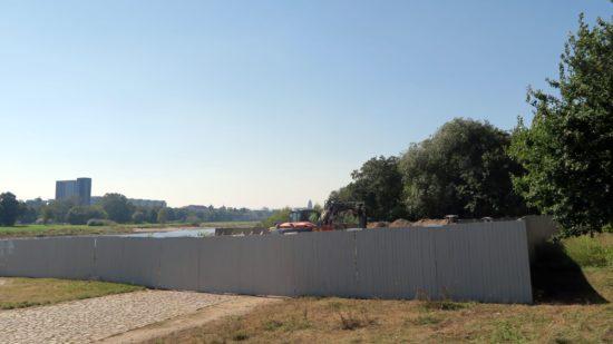 Fußgängertunnel: Arbeiten hinter blickdichten Wänden.