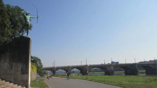 Schuss ins Blaue. Die Albertbrücke von der elbabwärtigen Seite gesehen
