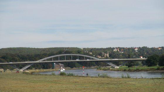 Waldschlößchenbrücke von der Johanna-Fähre aus gesehen