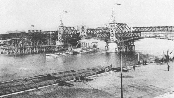 Die alte Carolabrücke im Bau, zum 50jährigen Militärjubiläum König Alberts 1893 geschmückt.
