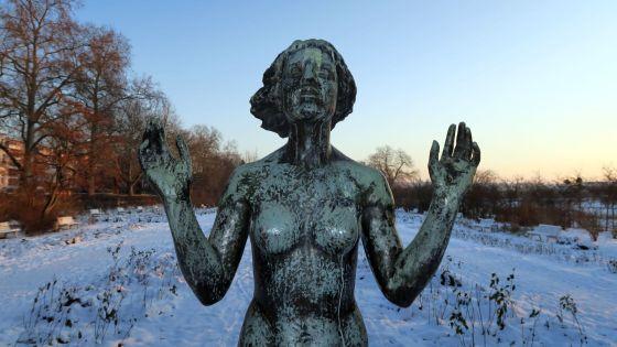 """Die """"Genesung"""" lässt sich von der Kälte nicht stören und bleibt nackt."""