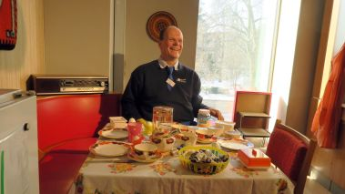 Peter Simmel hat sichtlich Spaß am DDR-Küchentisch.