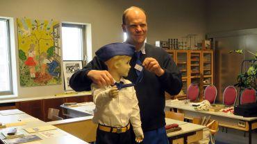 Peter Simmel mit Jungpionier-Puppe