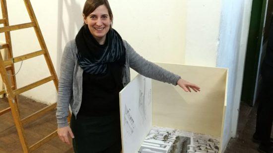 Professorin Anna Viader mit einem der Entwürfe