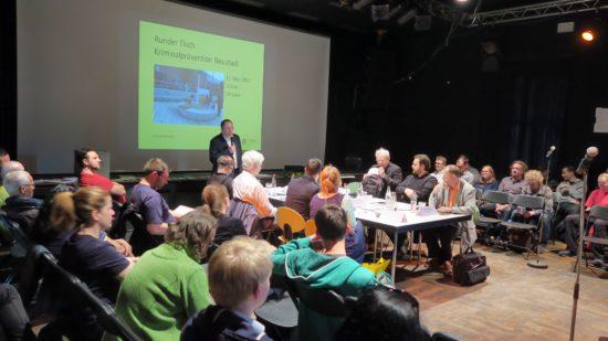 Rund 100 Besucher waren gekommen, um sich die Diskussion anzuhören.