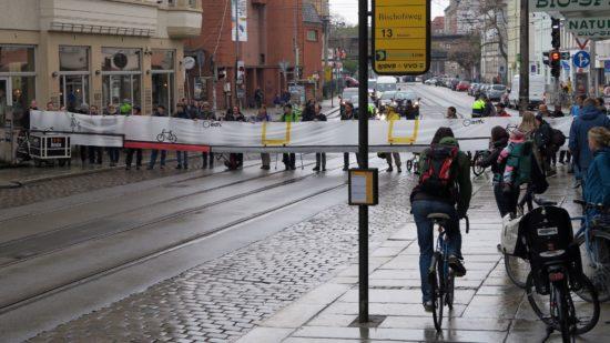 Zu viele Radfahrer weichen auf den Fußweg aus, deswegen fordert der ADFC bessere Radwege.