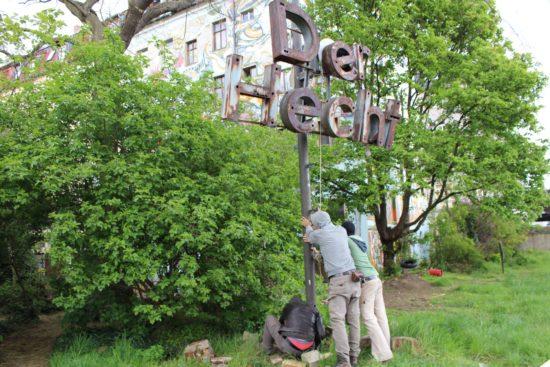Noch steht die Skulptur, aber gleich... Foto: Peg Ködel CCBY