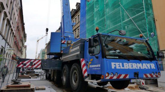 Mit dem 250-Tonnen-Autokran wurden die Teile des Turmdrehkrans in den Innenhof befördert.