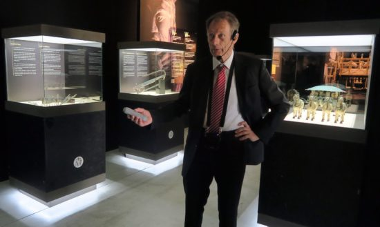 Der Makromolekular-Chemiker Professor Heinz Langhals begleitet die Ausstelung