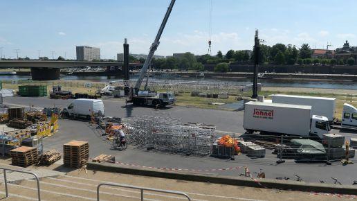 Zurzeit wird die Bühne noch aufgebaut.