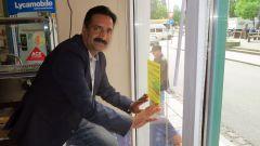Khalid Mazhar, Chef im Food 5 bringt den Aufkleber an.