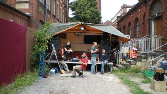 Die Anfänge 2008: eine winzige Bühne im Industriegelände. Foto: artderkultur
