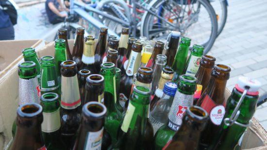 Sogar die mobile Flaschen-Sammelstation war voll. Die benachbarten Pfandringe übrigens leer.