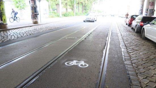 Radwegzeichen zwischen den Gleisen ohne straßenverkrsrechtliche Relevanz