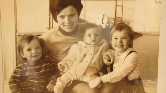 Anita Krüger mit ihren Töchtern. Ein Geschenk zum 70.