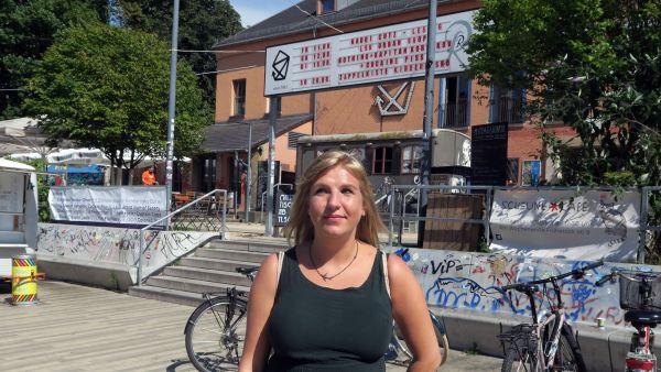 Autorin und Poetry-Slammerin Kaddi Kutz liest vor der Scheune am Freitag.