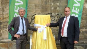Reinhard Richter und Dirk Hilbert enthüllen die Ladestation.