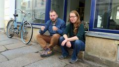 Friedrich Armin Bethke und Julia Franke vor dem neuen Kinder- und Jugendbüro