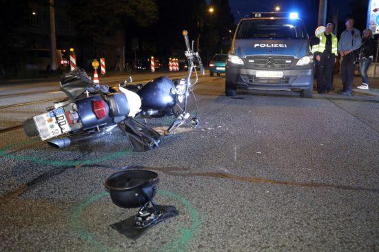 Der Fahrer musste ins Krankenhaus eingeliefert werden. Foto: Roland Halkasch