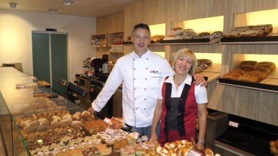 Das Bäcker-Ehepaar Graf kann sich freuen. Der Umbau ist geglückt. Der Laden strahlt in neuem Glanz.