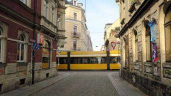 Die Böhmische Straße sieht gelb.