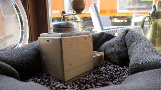 Die Kaffeemühlen sind nur Deko. Gemahlen wird mit einer Profi-Maschine.
