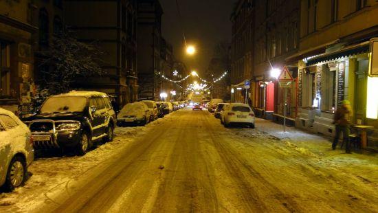Auch damals schon weihnachtlich beleuchtet, aber mit Schnee. Louisenstraße im November 2010