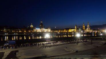 Menschenkette am Königsufer.