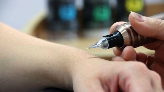 Feinste Nadelarbeiten im Tattoo-Studio