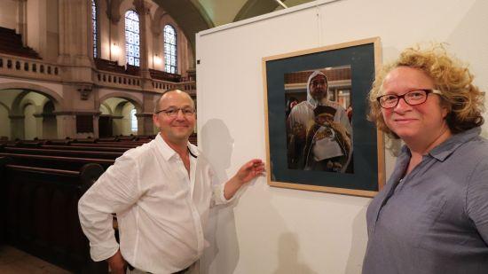 Pfarrer Eckehard Möller und Elisabeth Robra hängten gestern Abend die Bilder der Ausstellung auf.