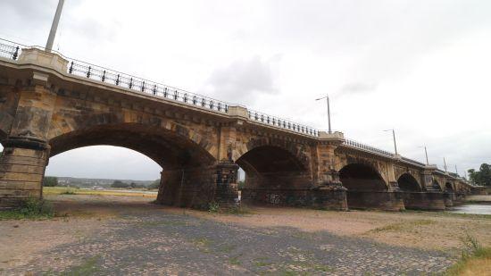 Albertbrücke - jetzt werden die Gewölbe und Pfeiler instand gesetzt.