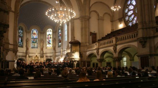 Der Universitätschor singt jedes Mal in einer anderen Kirche.