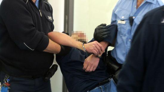 Angeklagter Rami A. musste zur Verhandlung getragen werden.