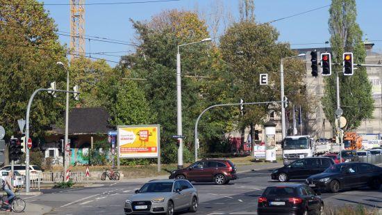 Eine Kreuzung mit vielen Verkehrsteilnehmern.