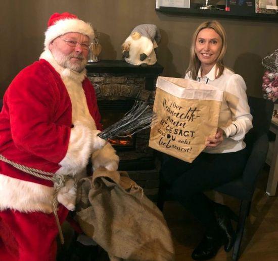 Weihnachtsmann und Apfel-&-Bäckchen-Chefin Anja Beckert. Foto: HLA