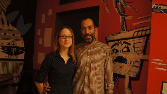 Anne und Michael vom Tresenlesen posieren vor den neu gestalteten Wänden im der 100