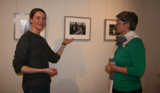 Mitarbeiterin Katrin Ankenbrand führt durch die Ausstellung