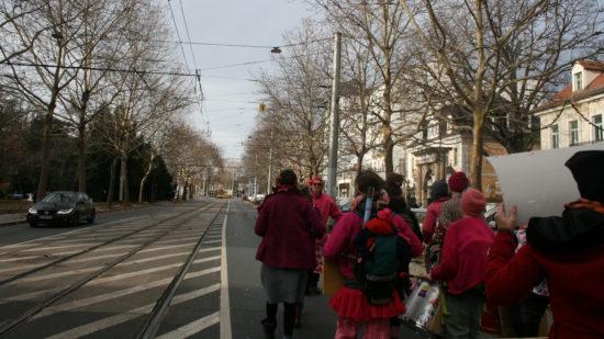 Die Trommelgruppe RoR sorgt für Stimmung auf der Bautzner Straße.