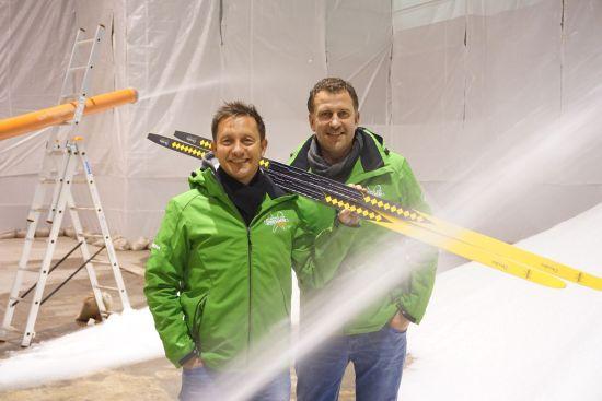 Die Organisatoren Torsten Püschel und René Kindermann bei der Schneeproduktion in Klotzsche - Foto: CitySki GmbH