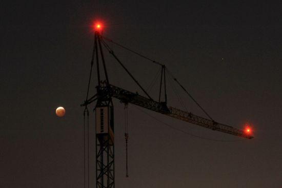 Mondfinsternis über dem Baukran an der Louisenstraße - Foto: Erich von DD.Photo