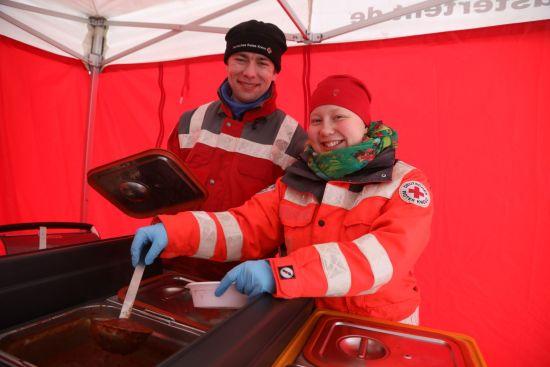 Katrin Dardritz (21) und Falk Döring (36) vom DRK Dresden versorgen die Helfer mit warmen Mahlzeiten (Nudeln mit Tomatensoße) - Foto: Roland Halkasch