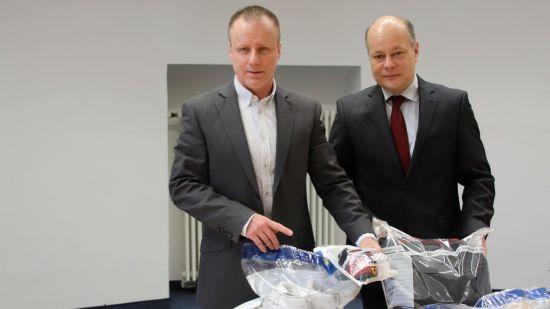 Kriminalhauptkommissar Olaf Dalicho und Kriminalrat Olaf Richter mit den Beweismitteln