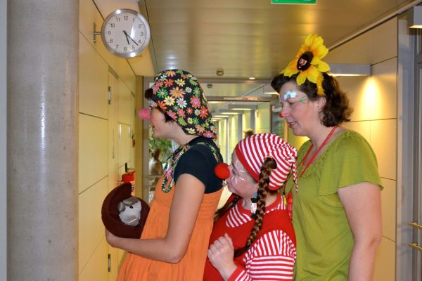 Farbenfreude in Klinik-Tristesse: Die MediClowns als Gäste auf der Kinderstation. Foto: MediClowns